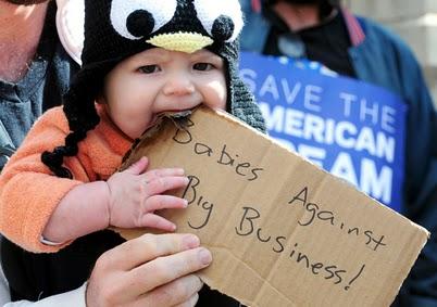 کودک معترض آمریکایی به همراه والدینش